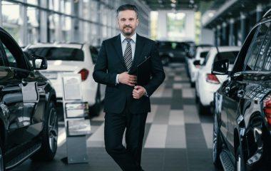 dealer samochodowy w salonie - marketing salonu samochodowego